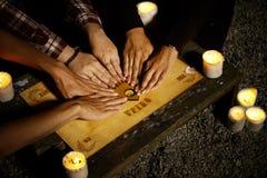 Convocar a fantasmas con ouija Imagen de archivo libre de regalías