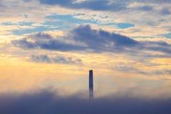 Convogli la CENTRALE ELETTRICA TERMICA nella nuvola un la mattina Fotografia Stock