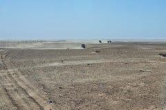 Convoglio di azionamento del veicolo 4x4 una pista polverosa del deserto in Tunisa Fotografie Stock Libere da Diritti