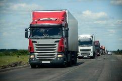 Convoglio di camion sulla strada Immagine Stock