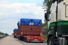 Convoglio di carichi di grande misura veduti dal sorpasso del veicolo Fotografia Stock Libera da Diritti