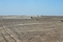 Convoi de commande du véhicule 4x4 une voie poussiéreuse de désert dans Tunisa Photos libres de droits