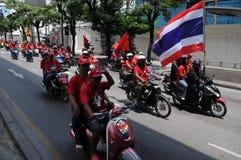 Convoi de protestataires rouges thaïs de chemise sur des motocyclettes Photos stock