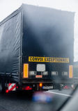 Convoi Exceptionnel - специальная тележка перехода Стоковое фото RF