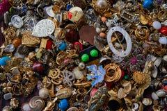 Convolute av bijouterier på en loppmarknad arkivfoto