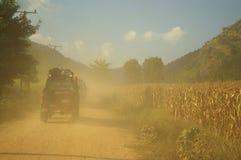 Convoy de Suzuki en el camino de la grava Imagen de archivo libre de regalías