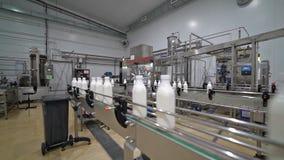 Convoyeur 2 d'usine de lait banque de vidéos