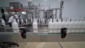 Convoyeur 3 d'usine de lait banque de vidéos