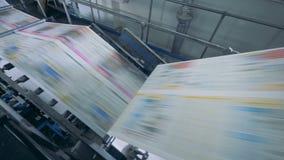 Convoyeur fonctionnant à une imprimerie, fin  banque de vidéos