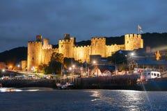 Conwy城堡在北部威尔士在晚上 图库摄影