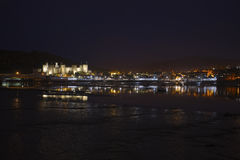 Conwy Castle & βασικές αντανακλάσεις τη νύχτα Στοκ Εικόνα