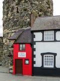 CONWY, WALES/UK - 8 DE OCTUBRE: La casa más pequeña de gran Britai Imagen de archivo