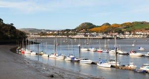 Conwyhaven met rij van kleine boten Stock Foto's