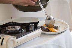 Coocing een ravioli in restaurant bij masterclass Royalty-vrije Stock Afbeeldingen