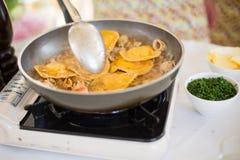 Coocing een ravioli in restaurant bij masterclass Royalty-vrije Stock Foto