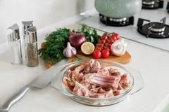 Coocking与菜的兔子的肋骨 免版税图库摄影