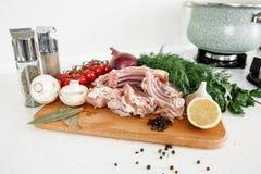Coocking与菜的兔子的肋骨 免版税库存图片