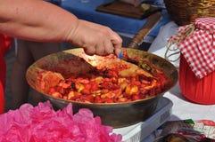 Coocking μαρμελάδα μήλων γυναικών στοκ εικόνα με δικαίωμα ελεύθερης χρήσης