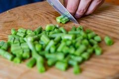 Coocking зеленых фасолей и чеснока Стоковое Фото
