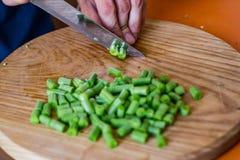 Coocking зеленых фасолей и чеснока Стоковая Фотография
