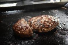 Coocking en hamburgare Arkivfoto