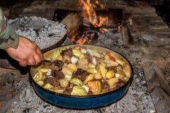 Coocking spotkanie z patatoes i warzywami na drewnianym ogieniu przy ope zdjęcie royalty free