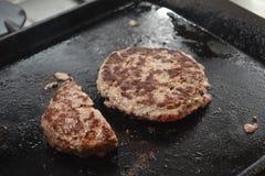 Coocking um Hamburger Imagens de Stock