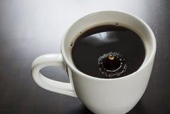 Coofee preto em uma caneca branca Imagem de Stock Royalty Free