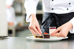 Cook, ciasto szef kuchni w hotelowej lub restauracyjnej kuchni, zdjęcie stock