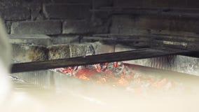 Cook czyści skewer zbiory wideo