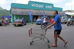 Cook Islanders shopping at Foodland Supermarket Rarotonga Cook I Stock Image