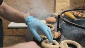 Cook piec hamburgeru mięso na wielkim round grillu i babeczki zbiory wideo