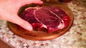 Cook podrzuca kawałek surowa wołowina zbiory