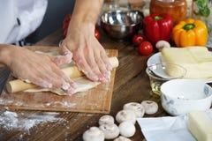 Cook przygotowywa pizzy ciasto Zdjęcia Royalty Free