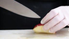 Cook ręki z nożowym pokrojonym jabłkiem na kuchni wsiadają zbiory wideo
