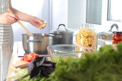 Cook& x27; s übergibt die Zubereitung des Gemüsesalats - Nahaufnahmeschuß Lizenzfreies Stockbild