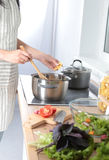 Cook& x27; s übergibt die Zubereitung des Gemüsesalats - Nahaufnahmeschuß Stockfotografie