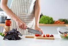 Cook& x27; s übergibt die Zubereitung des Gemüsesalats - Nahaufnahmeschuß Stockfotos