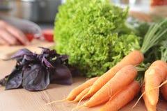 Cook& x27; s übergibt die Zubereitung des Gemüsesalats - Nahaufnahmeschuß Stockfoto