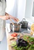 Cook& x27; s entrega a preparação da salada vegetal - tiro do close up Fotografia de Stock