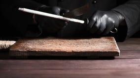 Cook w czarnych lateksowych rękawiczkach ostrzy nóż zbiory wideo