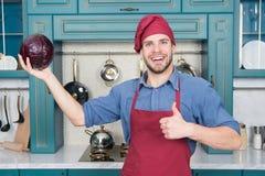 Cook w dobrym nastroju Relaksuje stawiający dalej niektóre muzyka Opanowany kucharz jest skuteczny jeden Mężczyzna szef kuchni lu fotografia stock