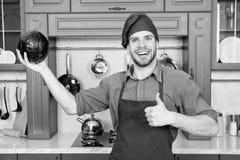 Cook w dobrym nastroju Relaksuje stawiający dalej niektóre muzyka Opanowany kucharz jest skuteczny jeden Mężczyzna szef kuchni lu zdjęcie stock