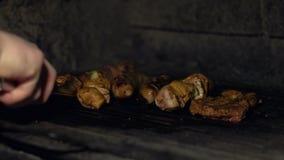 Cook w restauracja dłoniakach stek, befsztyk lub kawałki mięso na grillu piec na grillu w piekarniku nad węglami w slowmo lub zdjęcie wideo