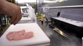 Cook wręcza przyprawowego kurczaka mięso z różnymi ziele zdjęcie wideo