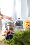 Cook& x27; s вручает подготавливать vegetable салат - съемку крупного плана Стоковое фото RF