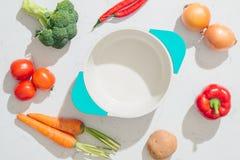 cookbook Verduras frescas alrededor del pote blanco Visión superior fotos de archivo libres de regalías