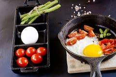 Cooked förvanskade ägg i panna fotografering för bildbyråer