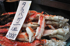 Cooked king crabs. A closeup of cooked King Crab (Taraba-gani) on sale in Tsukiji Fish Market in Tokyo, Japan. The sign reads 'Taraba-gani 2000 yen per plate royalty free stock images