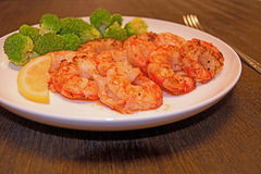 Cooked shrimp with lemon and broccoli Royalty Free Stock Images